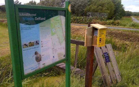 Bordje en hekje van pad door weilanden van Hoeve Ackerdijk
