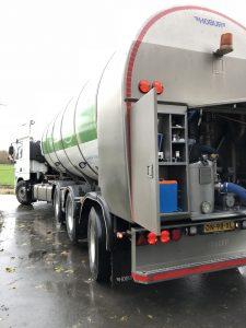 Tankwagen die melk ophaalt